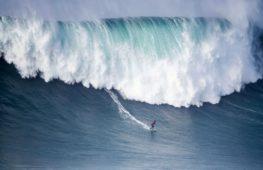 Сёрферы покоряли волны-убийцы в португальском Назаре