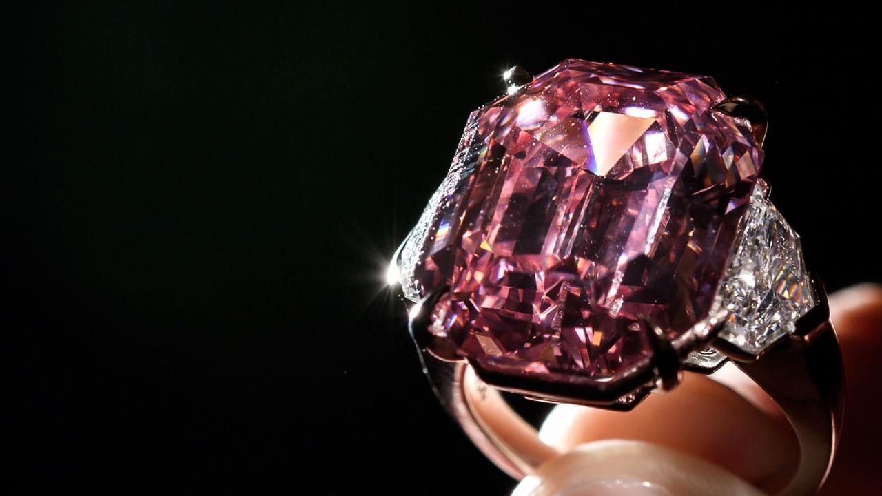 Бриллиант «Розовое наследие» продали за рекордные $50 млн
