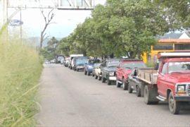 Венесуэльцы часами стоят в очереди за бензином