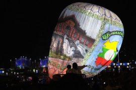 Светящиеся воздушные шары запустили на фестивале в Мьянме