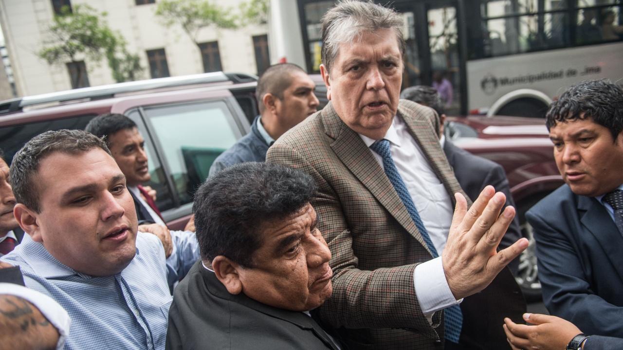 Перуанцы протестуют против бегства экс-президента в посольство Уругвая