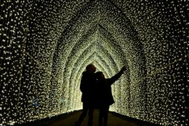 Лондонские Сады Кью погрузились в светящуюся рождественскую сказку
