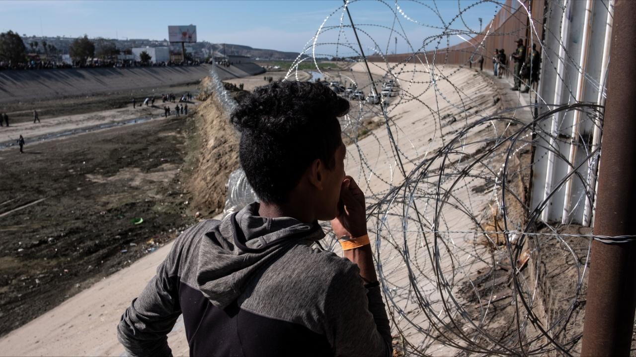 Ограждения и колючая проволока: в Тихуане пытаются не пускать мигрантов в США