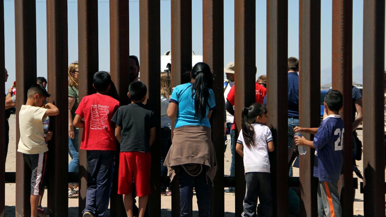 Мексика выслала 100 мигрантов, пытавшихся прорваться через границу в США
