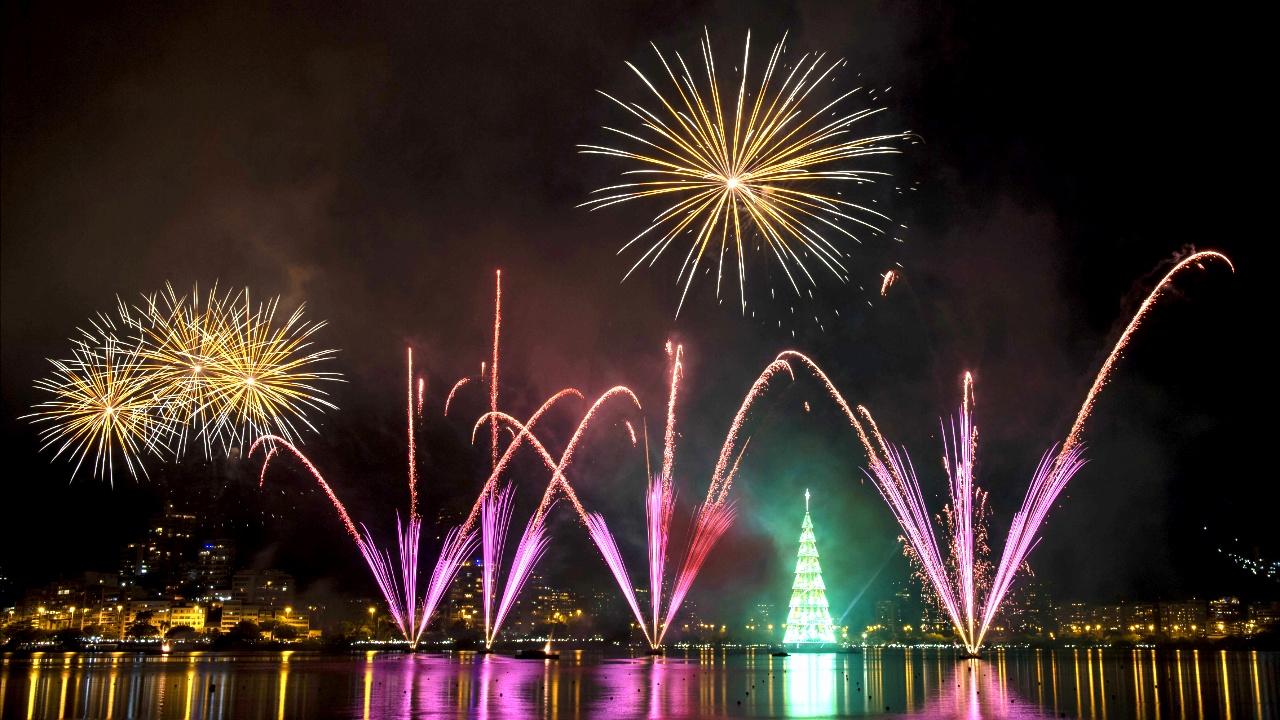 Рождественские огни, Санта-Клаусы на лыжах и катки: мир готовится к праздникам