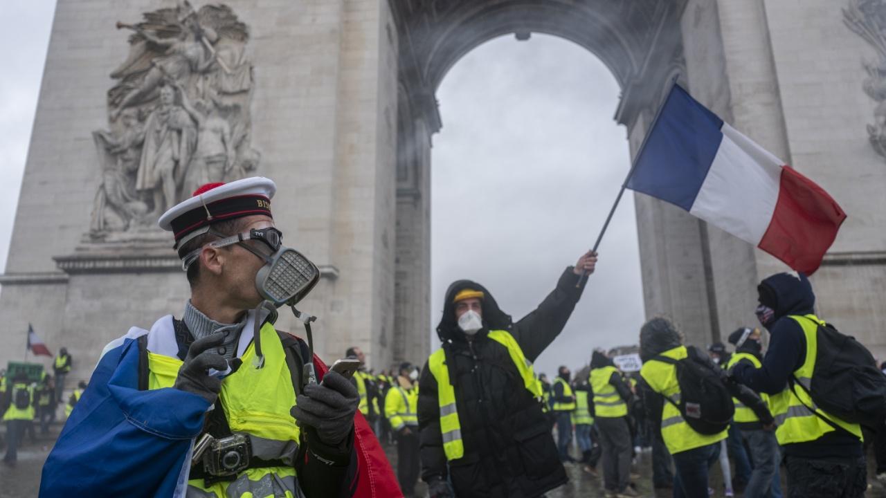 Повышение налогов на топливо во Франции отложили