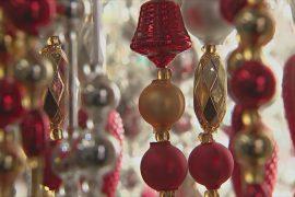 В Чехии 100 лет делают ёлочные игрушки из стеклянных бусин