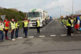 «Жёлтые жилеты» блокируют завод Total и требуют отставки Макрона