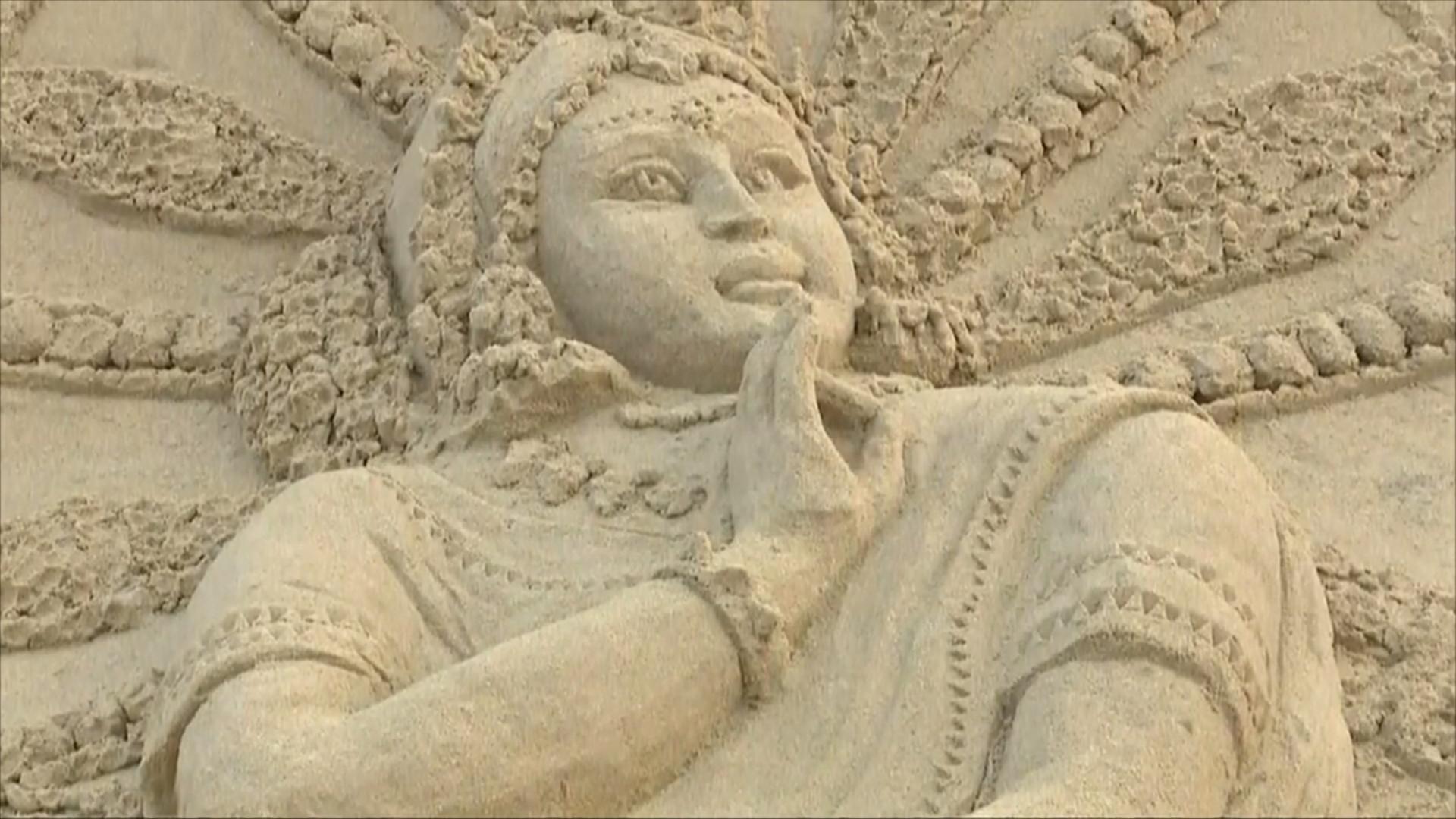 Грандиозные скульптуры из песка создали на фестивале в Индии
