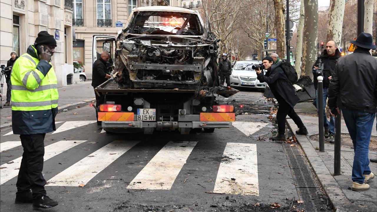 Улицы Парижа убирают после новых погромов «жёлтых жилетов»