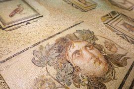 Фрагменты античной мозаики «Цыганка» представили в Турции