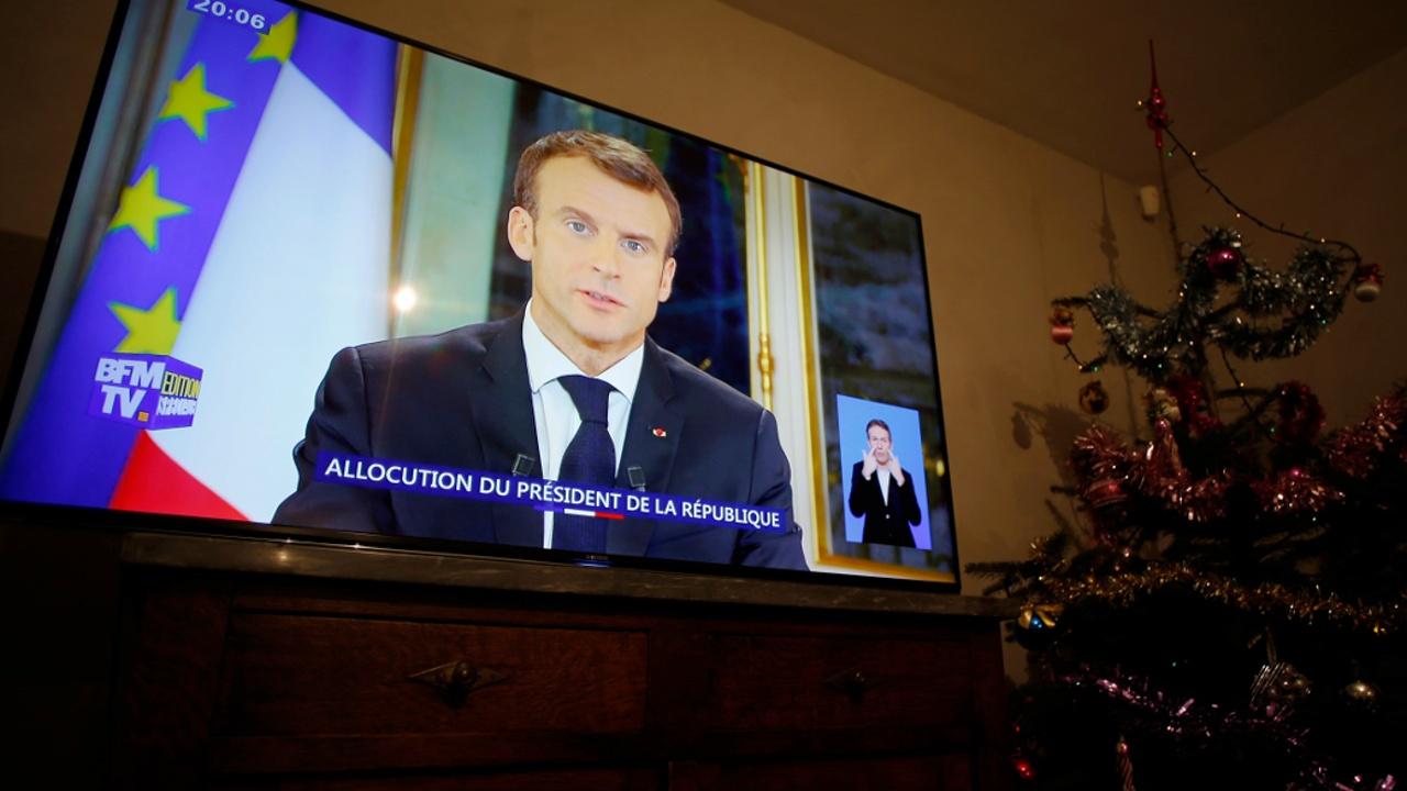 Президент Франции повысит минимальную зарплату и снизит налоги