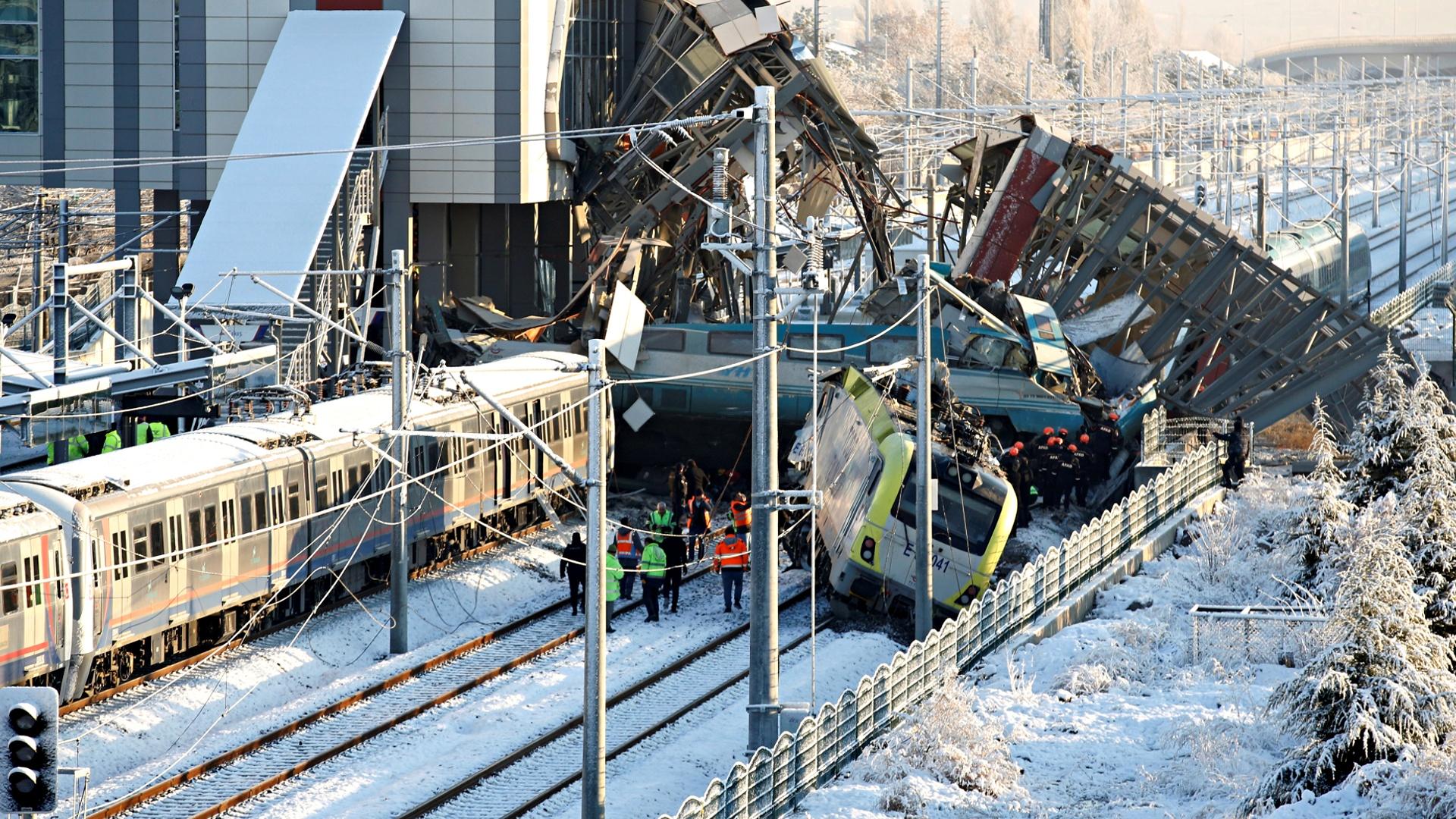 Крушение скоростного поезда в Анкаре: 9 погибших, 86 пострадавших