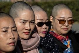 Жёны четверых заключённых адвокатов в Китае обрили головы в знак протеста