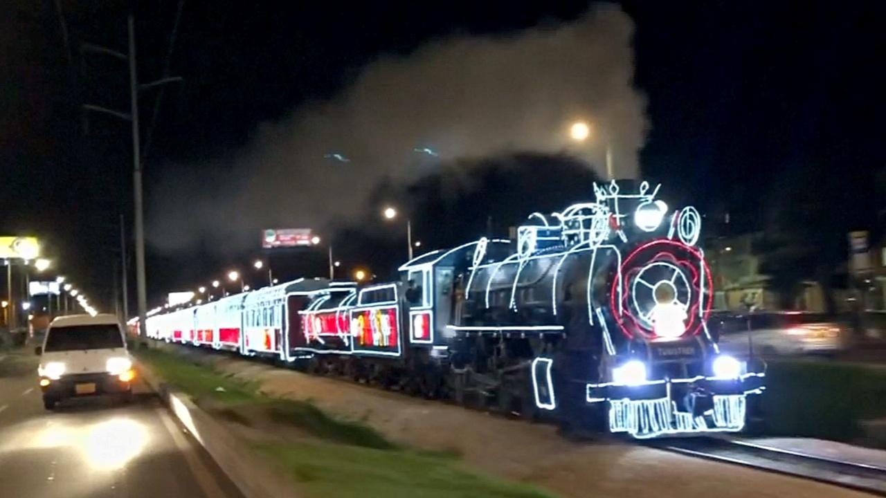 По столице Колумбии ездит поезд с огнями и Санта-Клаусом