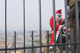 Санта-Клаус поздравил детей с высотки в центре Берлина