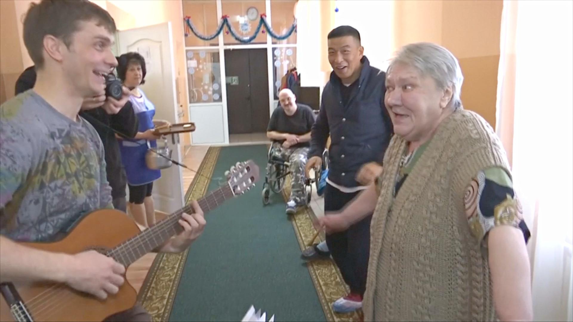 «Потому что надо помогать!»: волонтёры приносят праздник в дома престарелых России
