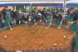 В Ла-Пасе к Рождеству приготовили огромный чан боливийской пасты