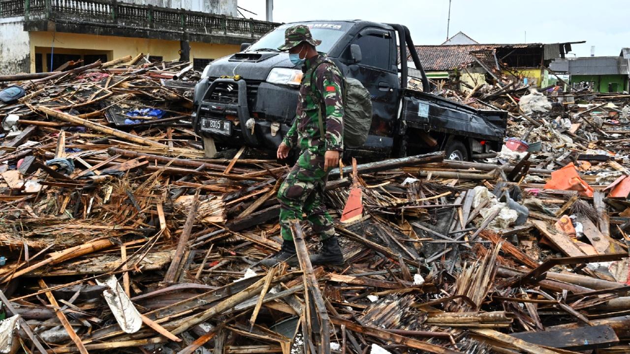 Число жертв цунами в Индонезии превысило 370