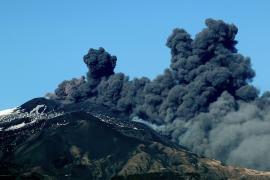 Сицилийский вулкан Этна начал извергать дым и пепел
