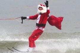 Гринч пытался испортить водное шоу Санта-Клауса и эльфов