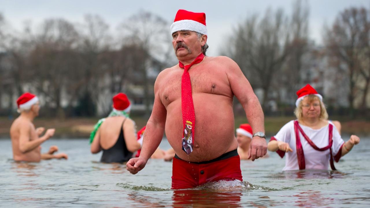 Берлинские моржи искупались в озере в честь Рождества