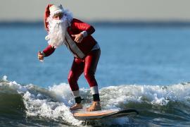 Сёрфингисты в костюмах Санты поплавали у побережья Флориды