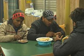 Кашмирцы едят «хариссу», чтобы согреться в зимние дни