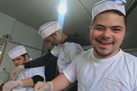 В ливанской пекарне люди с особыми потребностями делают немецкие штоллены