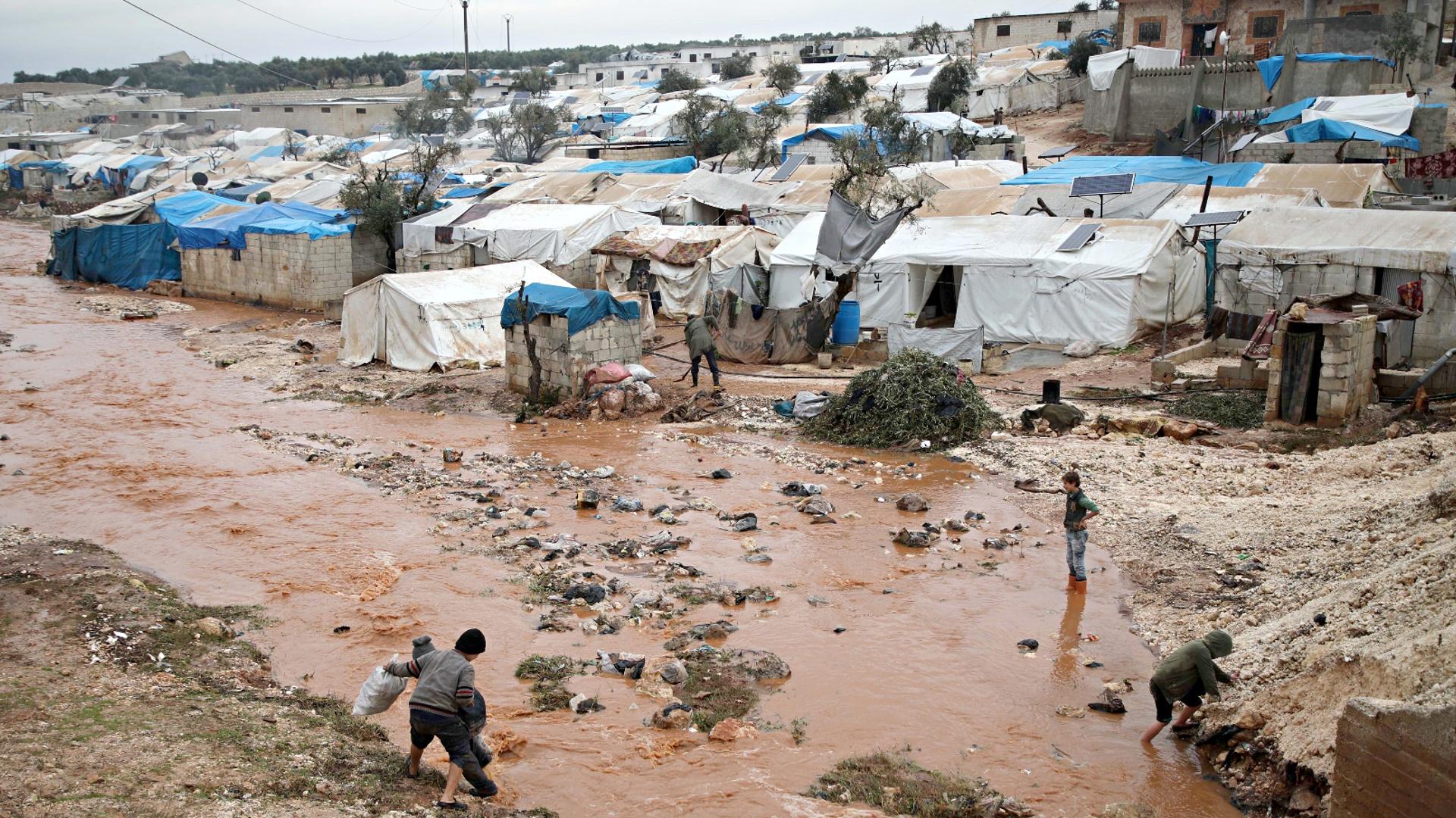На севере Сирии ливни топят лагеря для переселенцев