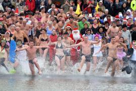 На Лазурном берегу сотни человек искупались в честь Нового года