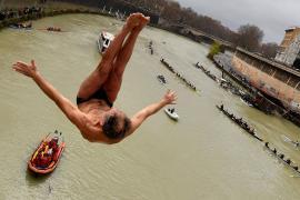 Нырянием в Тибр отметили в Риме первый день нового года
