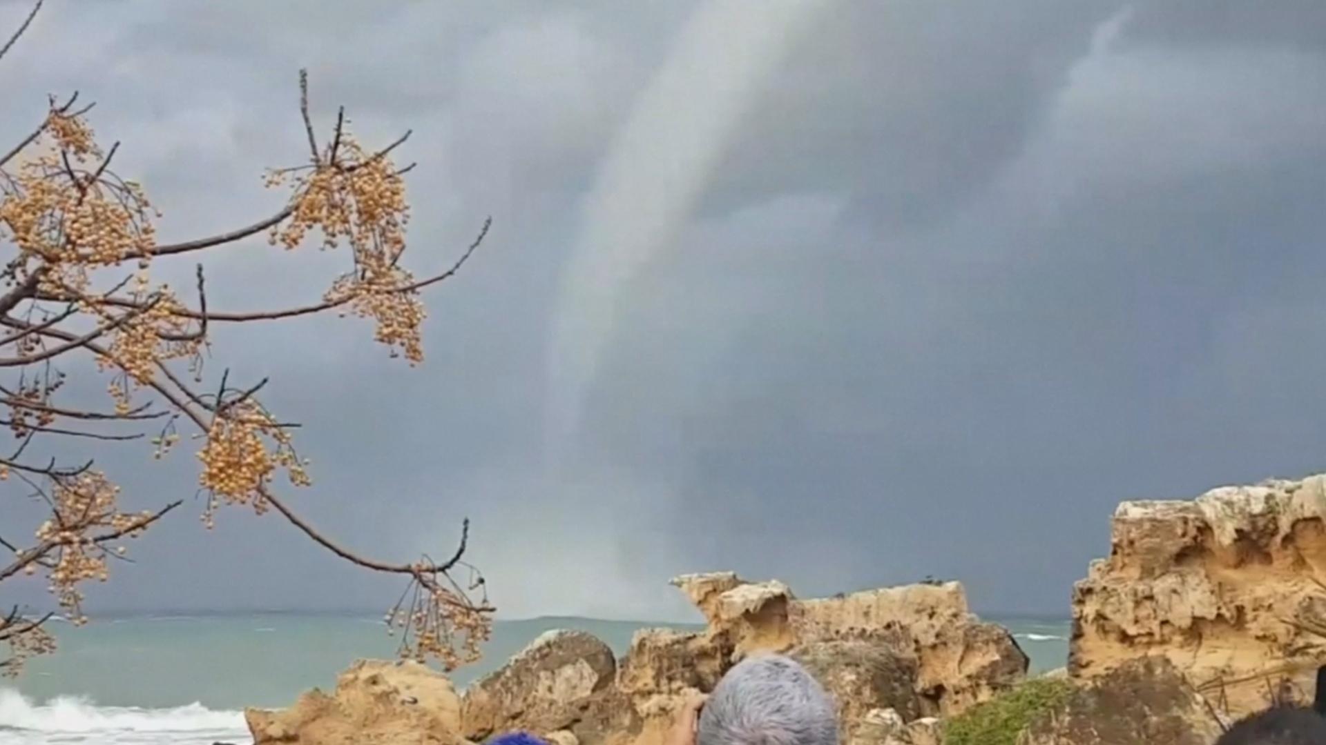 Водяной смерч у побережья Кипра приковал внимание людей
