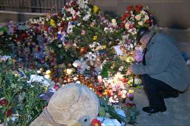 К месту трагедии в Магнитогорске несут цветы и свечи