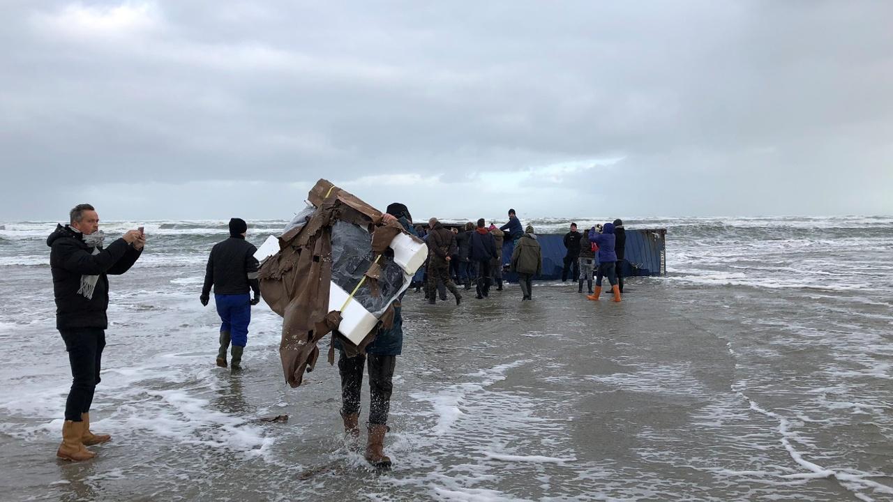 Утерянные в море контейнеры с товарами вымывает на побережье Голландии
