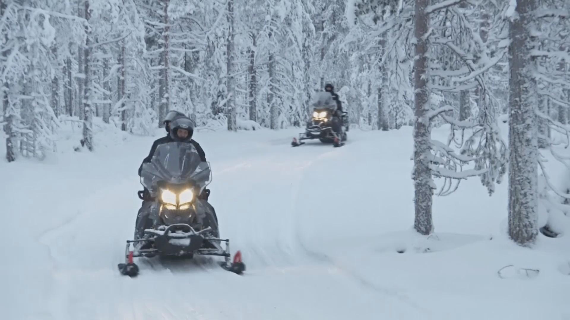 По лесам Лапландии туристы катаются на электроснегоходах