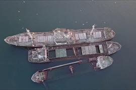 Греция убирает из моря десятки полузатопленных кораблей