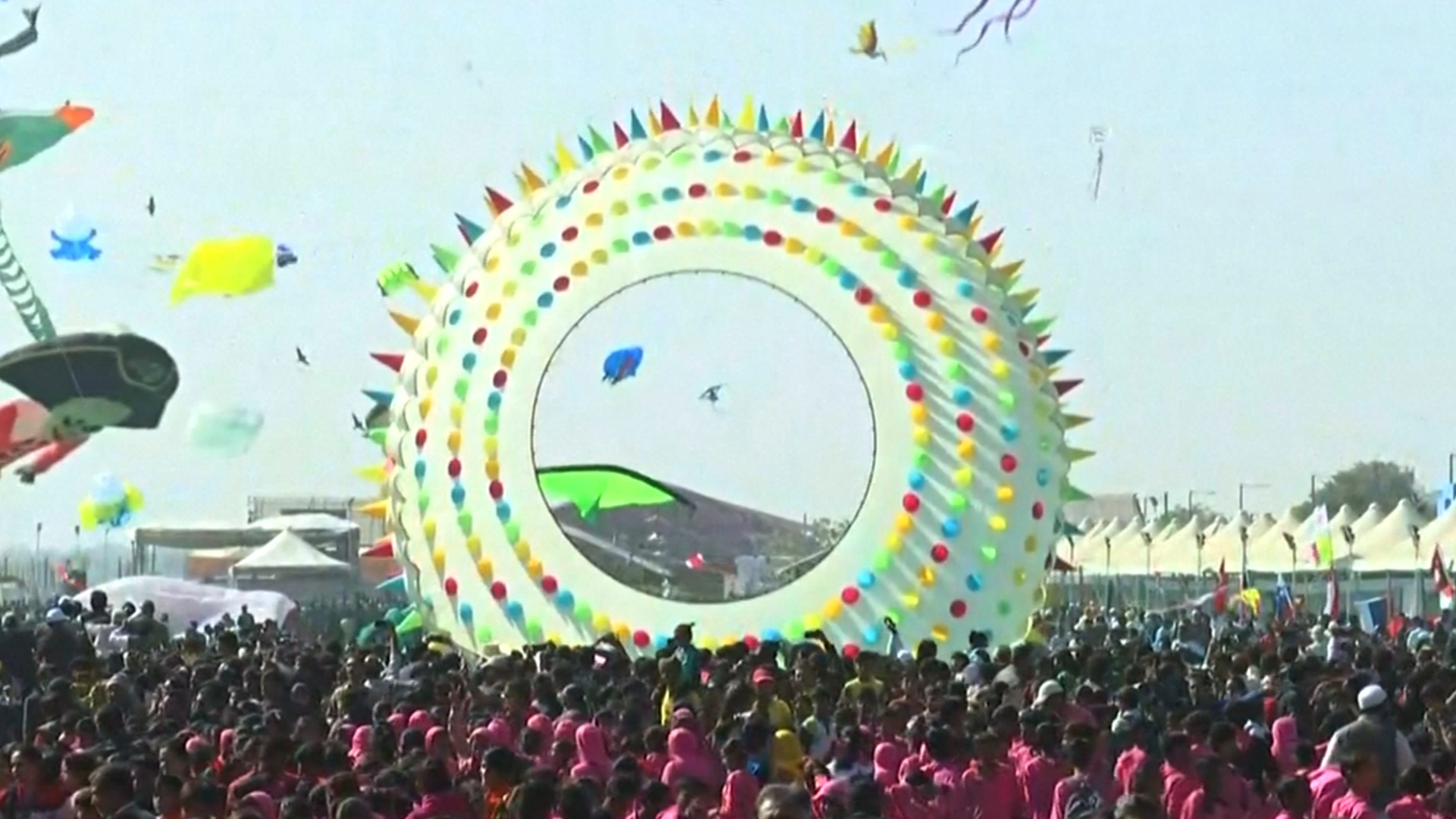 На фестиваль воздушных змеев в Индии съехались участники из 45 стран