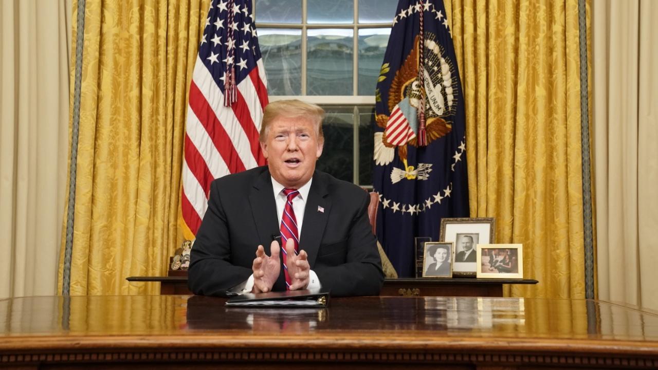 Дональд Трамп снова призвал построить стену в своём первом телеобращении