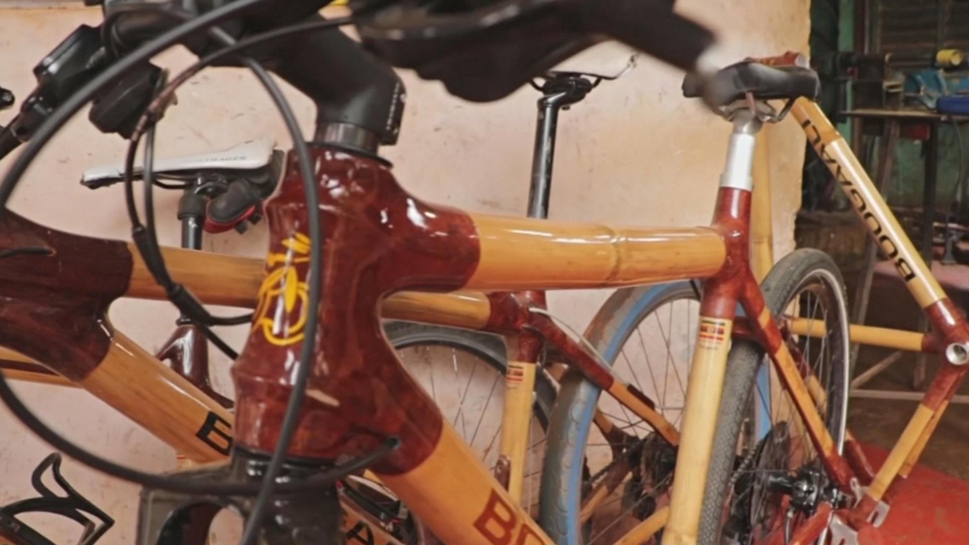 Угандиец делает велосипедные рамы из бамбука