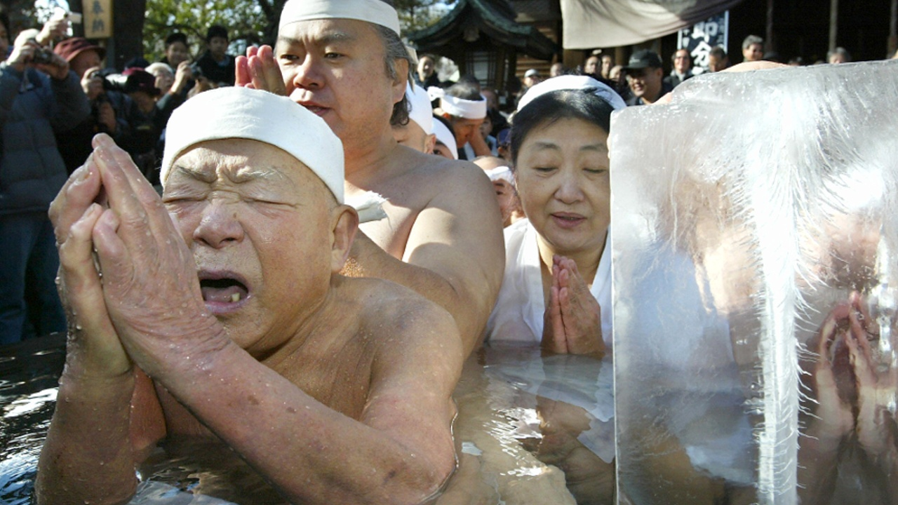 Почти 100 японцев окунулись в ледяную воду ради здоровья