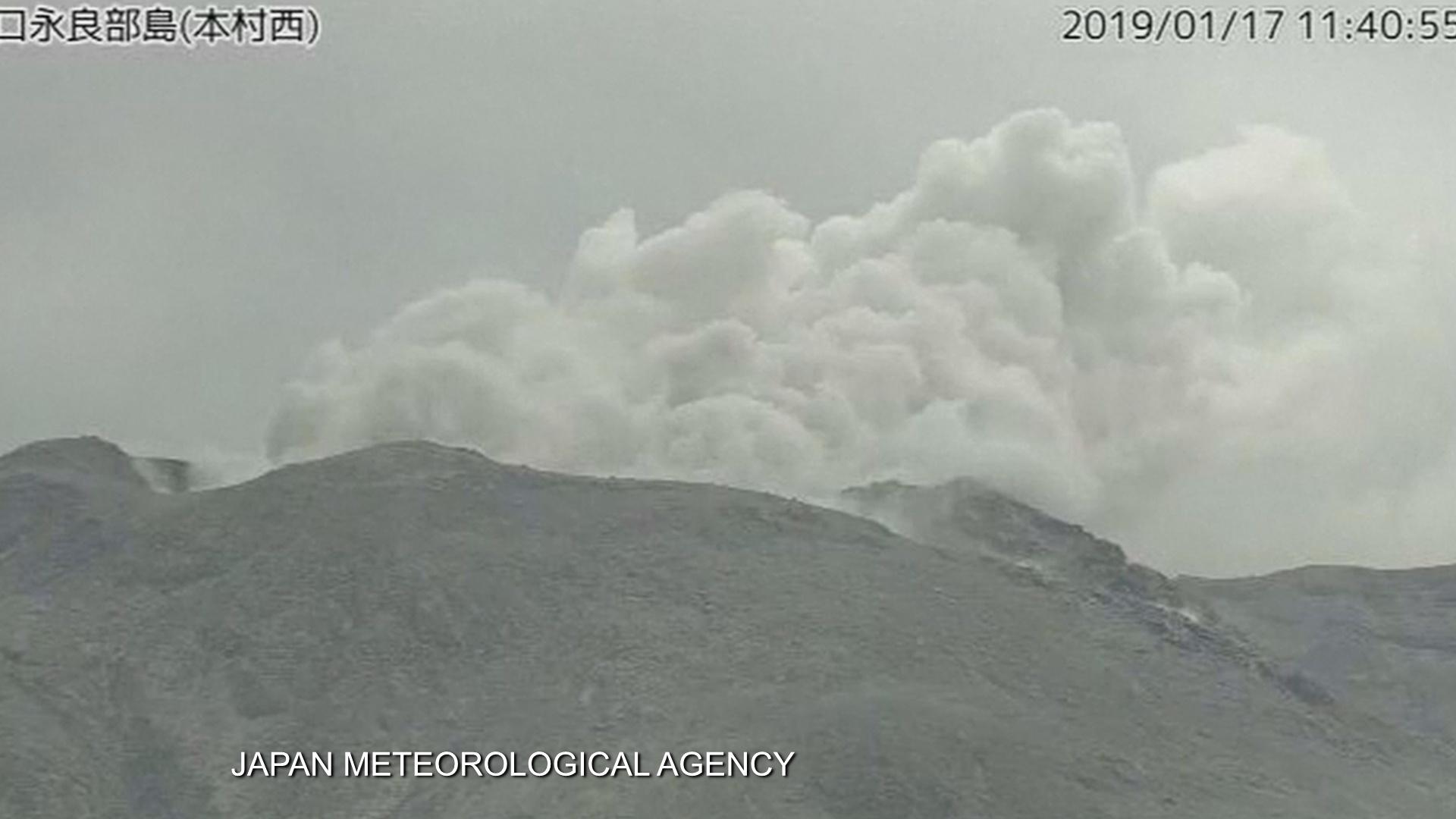 На острове Кутиноэрабу в Японии извергается вулкан