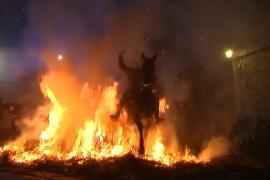 Очищение огнём: в Испании прыгают на лошадях через костры