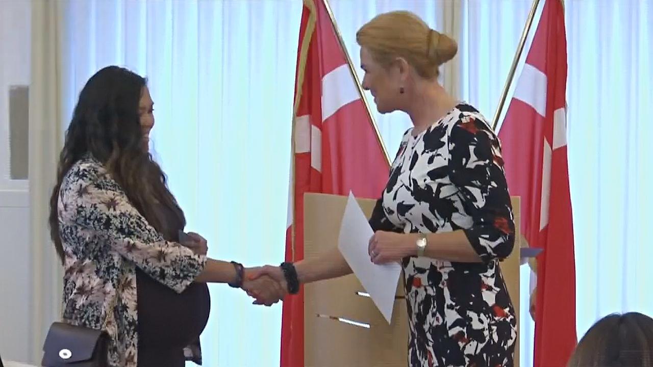 Хотите стать гражданином Дании? Вам придётся пожать руку