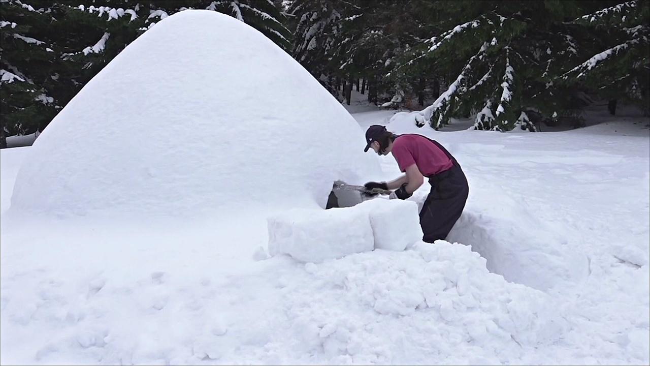 Польский плотник построил иглу благодаря снегопадам