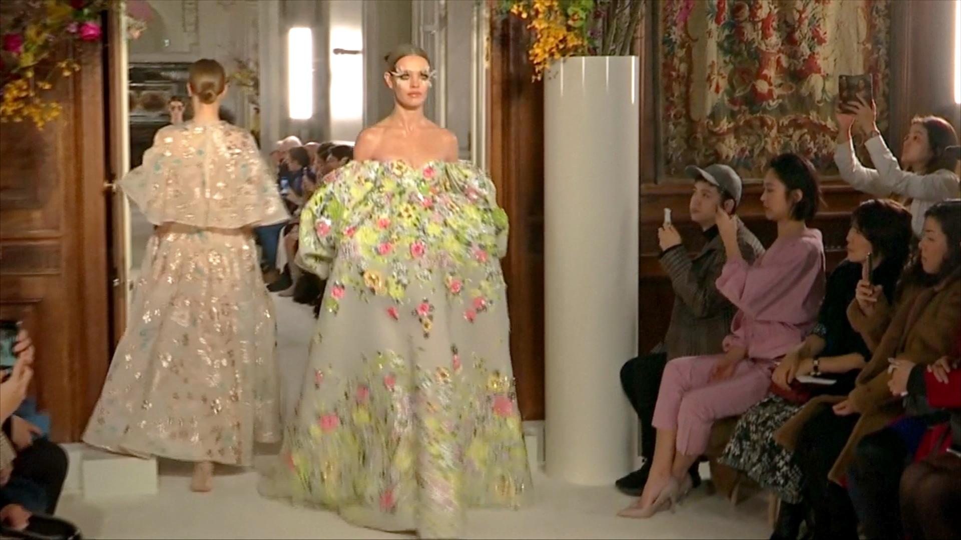 Коллекция от Valentino внесла нотки поэзии в парижскую Неделю моды