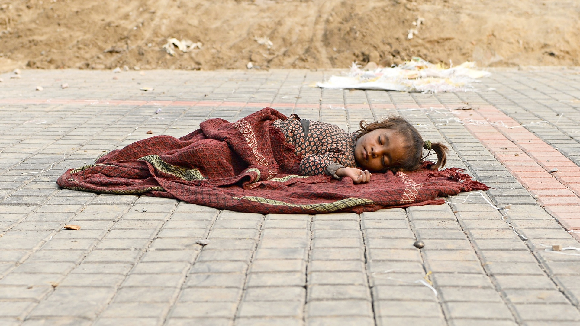 На улицах Нью-Дели насчитали 70 тысяч бездомных детей