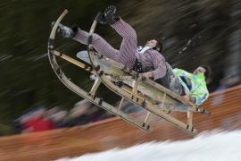 В Баварии прошли яркие соревнования по катанию на санях с горы
