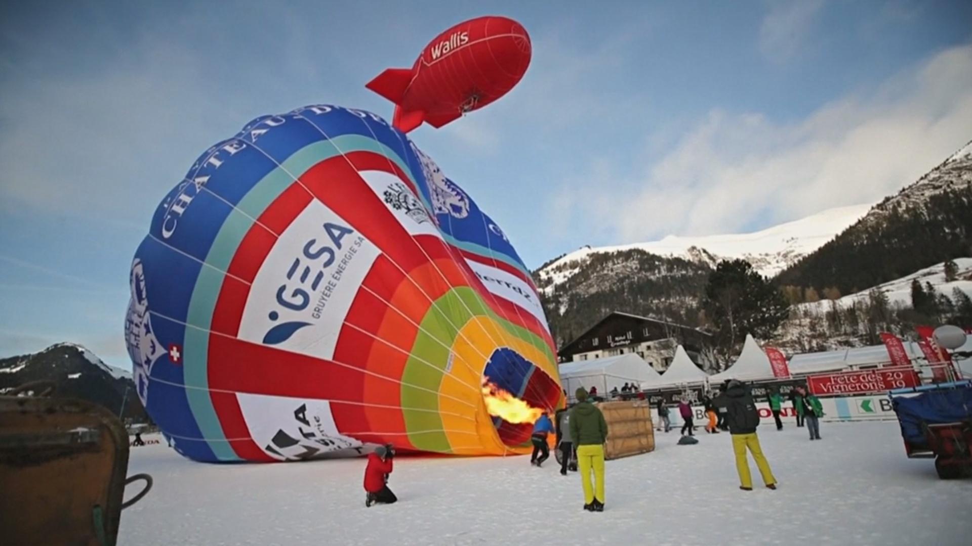 Небо над Альпами стало разноцветным от десятков воздушных шаров