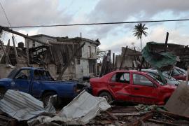 Торнадо в Гаване закинул автомобили на дома